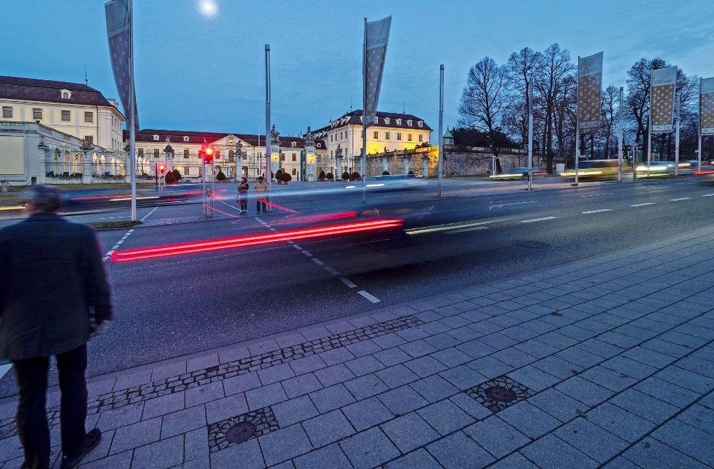 Die Fußgänger haben oft das Nachsehen, die Grünphase der Ampel an der Schlossstraße sei zu kurz, sagen manche. Foto: factum/Weise