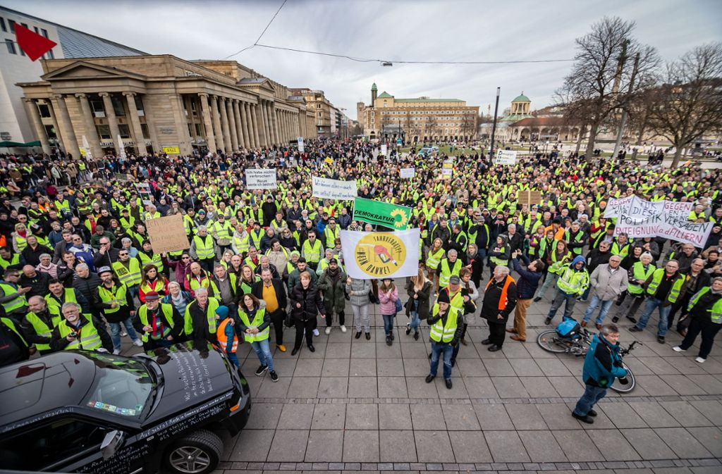 Die Fahrvebots-Gegner haben ihrem Ärger auf dem Schlossplatz Luft gemacht. Foto: Lichtgut/Julian Rettig