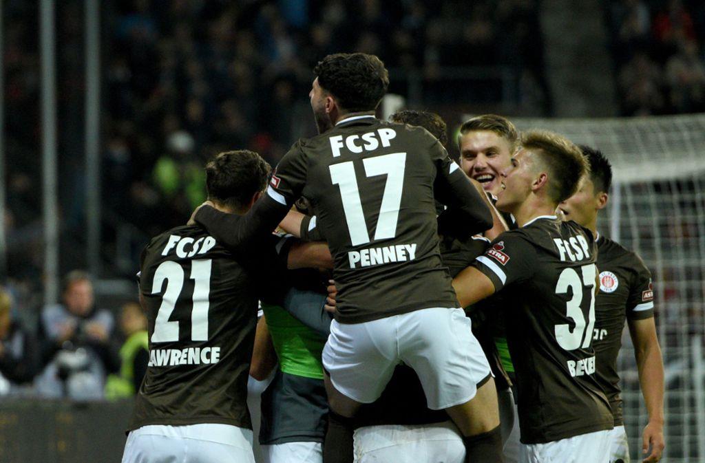 Hammer in Hamburg: St. Pauli schlägt den HSV. Foto: dpa/Daniel Bockwoldt
