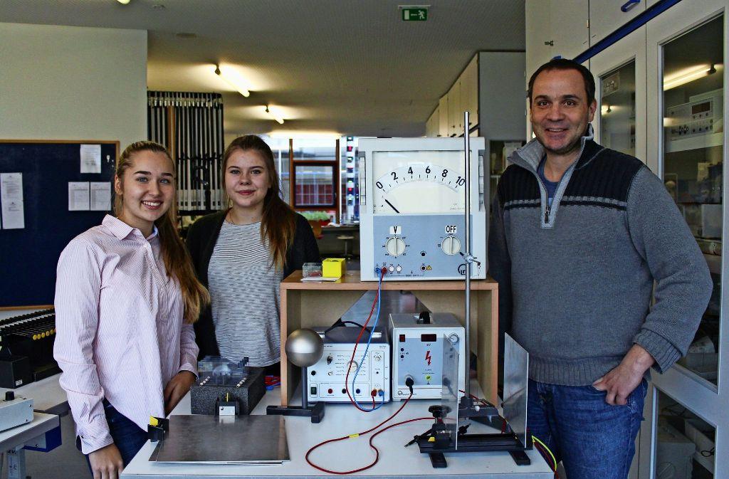 Anna-Lina Bader, Jacqueline Eschmann und  der Lehrer  Dirk Lehmann (v.l.) sind Teil des Mint-Night-Organisationsteams. Foto: Höbel