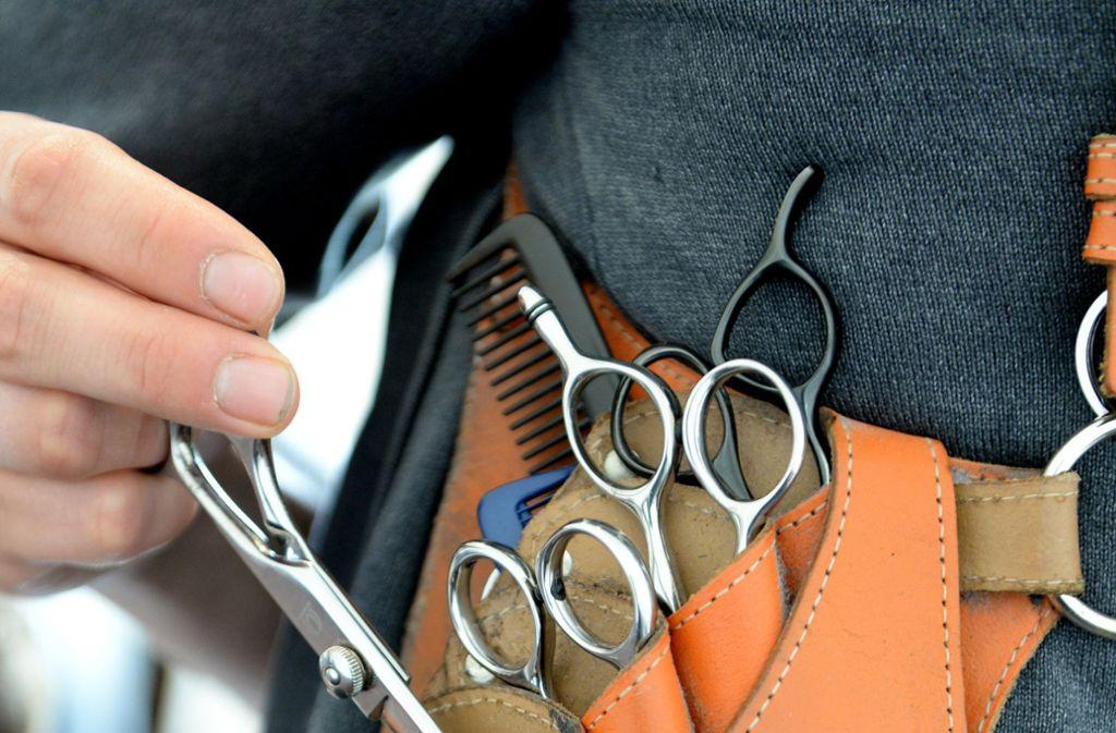 Das Handwerkszeug eines Friseur-Auszubildenden Foto: dpa