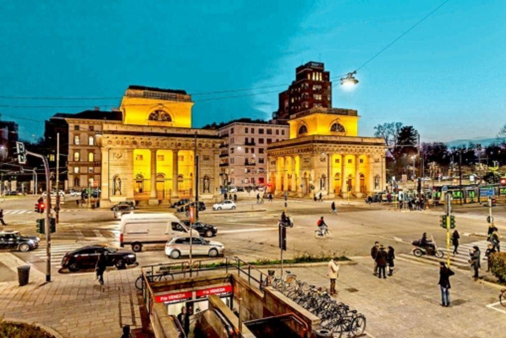 Osram will sich künftig auf Spezialbeleuchtung, wie etwa diese  Straßenbeleuchtung in Mailand, konzentrieren. Aus dem  klassischen Lampengeschäft mit Endverbrauchern will sich das Münchner Unternehmen dagegen zurückziehen. Foto: Osram