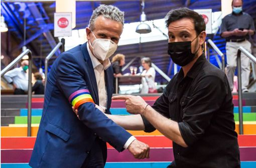 Wie Eric Gauthier dem OB die Regenbogen-Binde verpasst hat