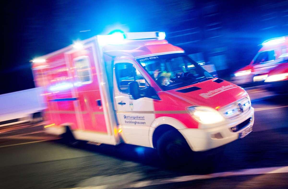 Eine Autofahrerin kollidiert in Herrenberg mit einem Radfahrer. Dieser wird bei dem Unfall leicht verletzt, muss aber mit dem Rettungsdienst abtransportiert werden. Foto: dpa/Marcel Kusch