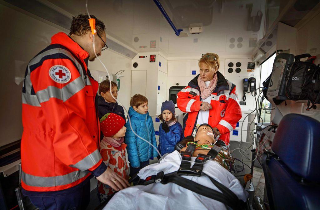 In einem Krankenwagen wird Kindern die Erstversorgung gezeigt. Foto: Gottfried Stoppel