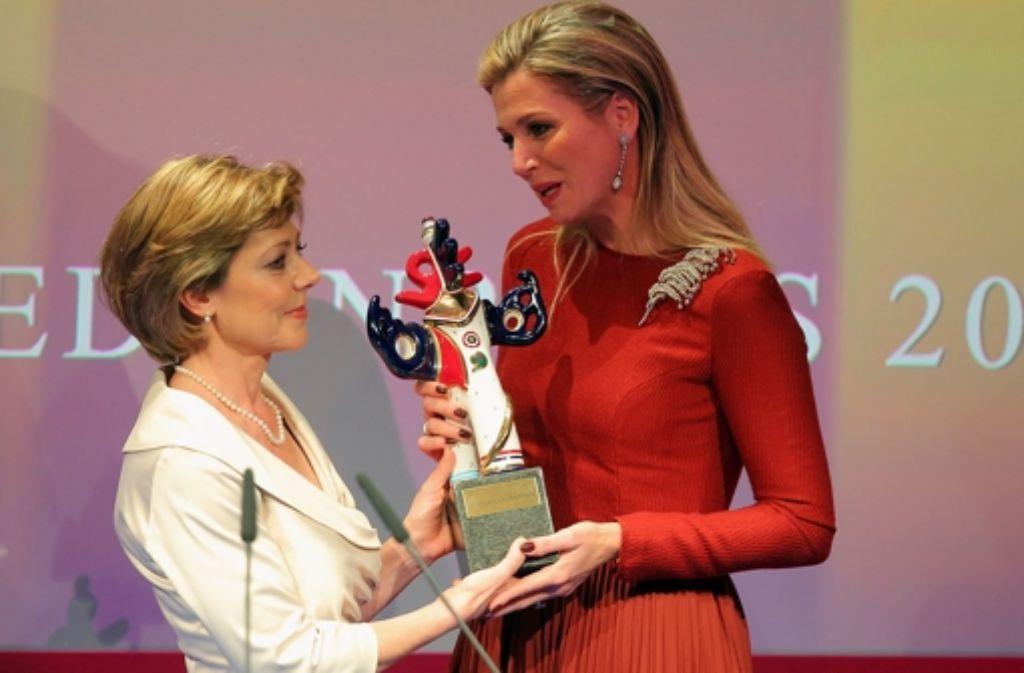 Daniela Schadt, die Lebensgefährtin von Bundespräsident Joachim Gauck, ehrt die niederländische Königen Máxima (rechts) mit dem deutschen Medienpreis. Weitere Bilder von der Preisverleihung zeigen wir in der folgenden Bilderstrecke. Foto: Getty Images Europe
