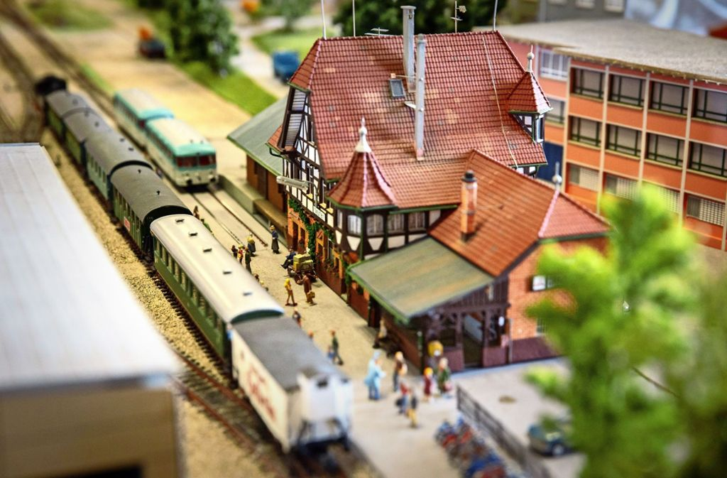 Der Neuffener Bahnhof in Kleinformat: Die Eisenbahnfreunde Nürtingen haben einen Teil der Strecke der  Tälesbahn   detailgetreu nachgebaut. Foto: Michael Steinert