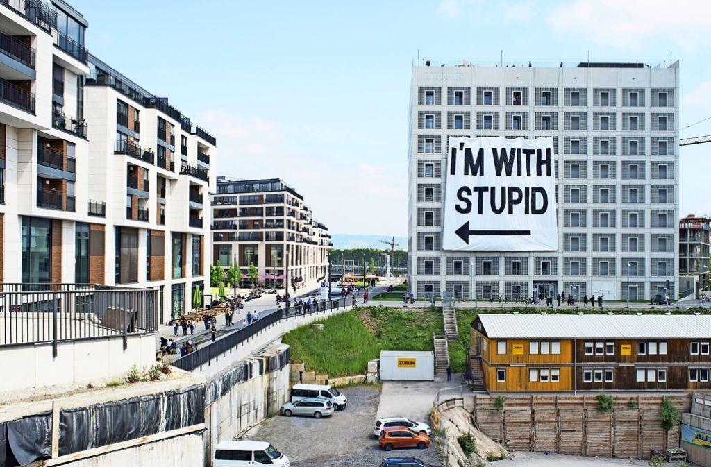 Der Pfeil zeigt auf das Milaneo, richtet sich aber nicht gegen die Menschen dort. Foto: Sven Weber (z)