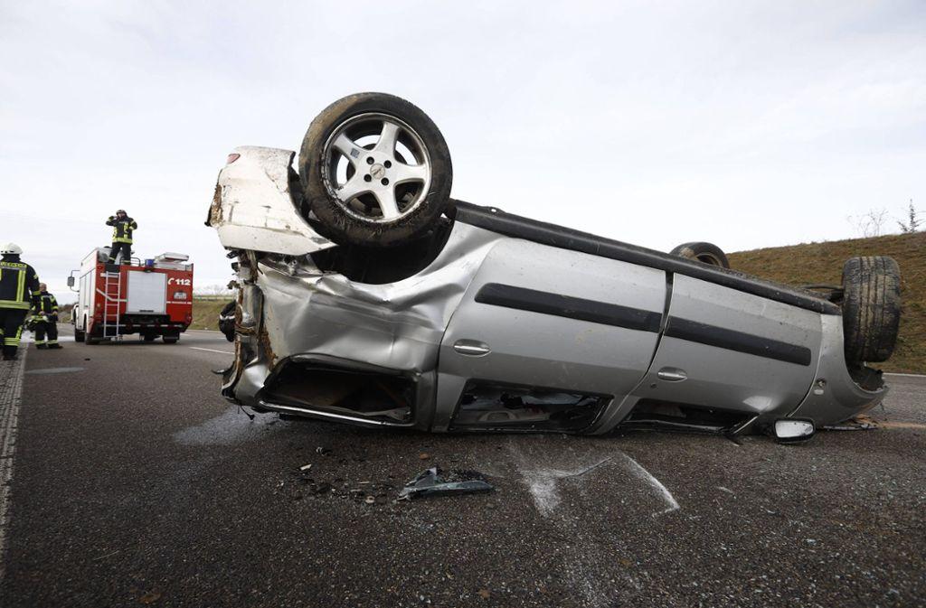 In Nellmersbach hat sich am Dienstag ein Auto überschlagen. Der Fahrer wurde lebensgefährlich verletzt.  Foto: 7aktuell.de/Simon Adomat