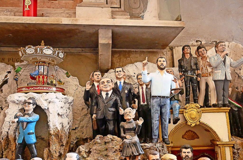 Die Figur von Innenminister Matteo Salvini (weißes Hemd, mit erhobenem Zeigefinger) in Gesellschaft unter anderem von Silvio Berlusconi (Mitte) und Elvis (rechts) Foto: Almut Siefert