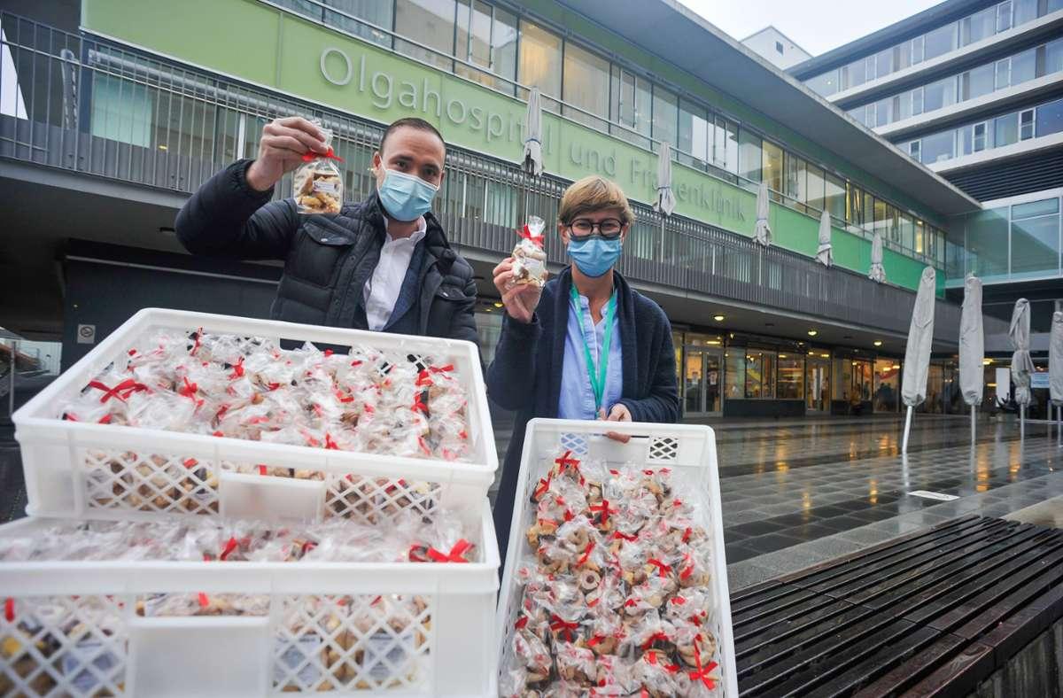 Alessandro Haag übergibt seine Geschenkpäckchen an Silke Bortenlänger. Foto: Lichtgut/Max Kovalenko