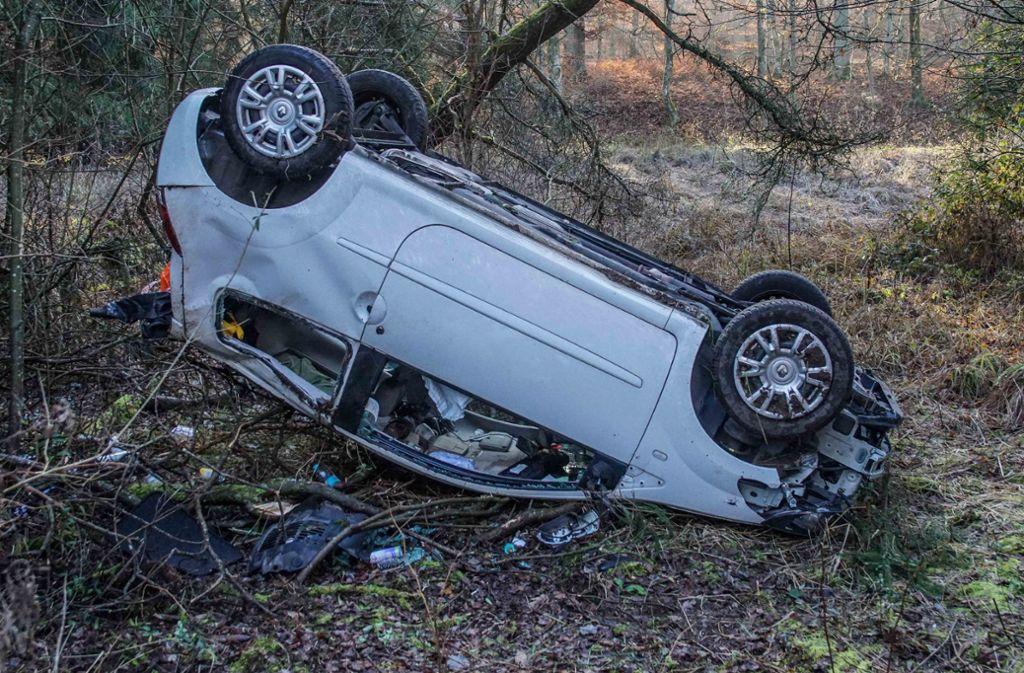 Das Auto blieb auf dem Dach liegen: Die Fahrerin zog sich bei dem Unfall schwere Verletzungen zu. Foto: SDMG/SDMG / Dettenmeyer