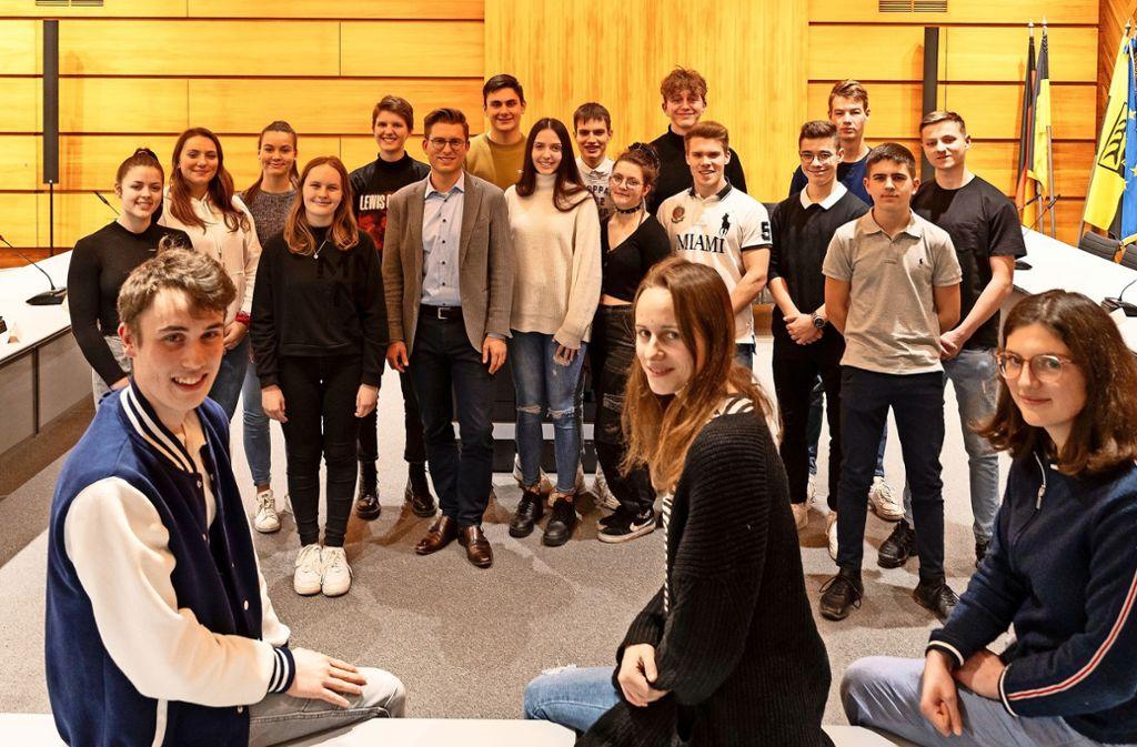 Tim Kröper (vorne links) ist der neue Sprecher des Jugendgemeinderats, seine Stellvertreterinnen sind Annika Windmüller und Sophie Dorn (rechts). Foto: factum/Jürgen Bach