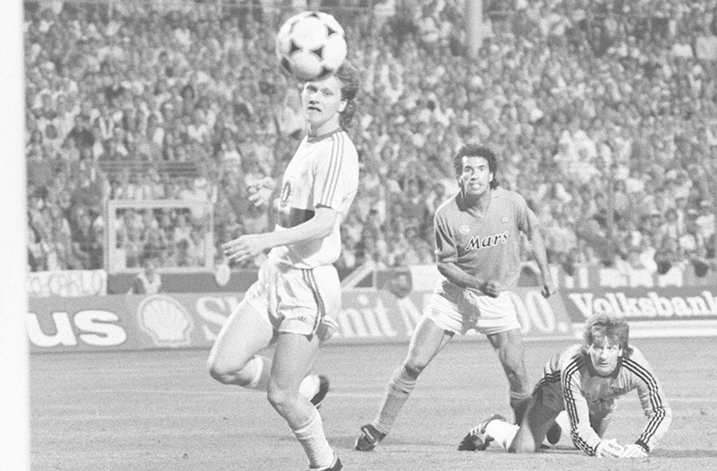 Nils Schmäler (li.) im Uefa-Cup-Finale des VfB Stuttgart gegen den SSC Neapel. Foto: