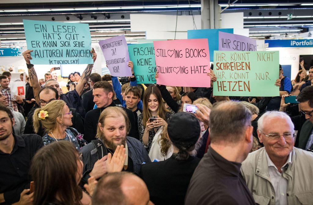 Gegen die Präsenz rechter Verlage und Autoren auf der Frankfurter Buchmesse gab es 2017 auch Protest. Foto: dpa