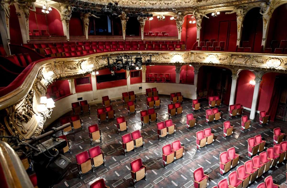 Manche Theater haben sogar   Sitze ausgebaut, um zu sicheren Orten zu werden: der Zuschauerraum des Berliner Ensembles. Foto: picture alliance/dpa
