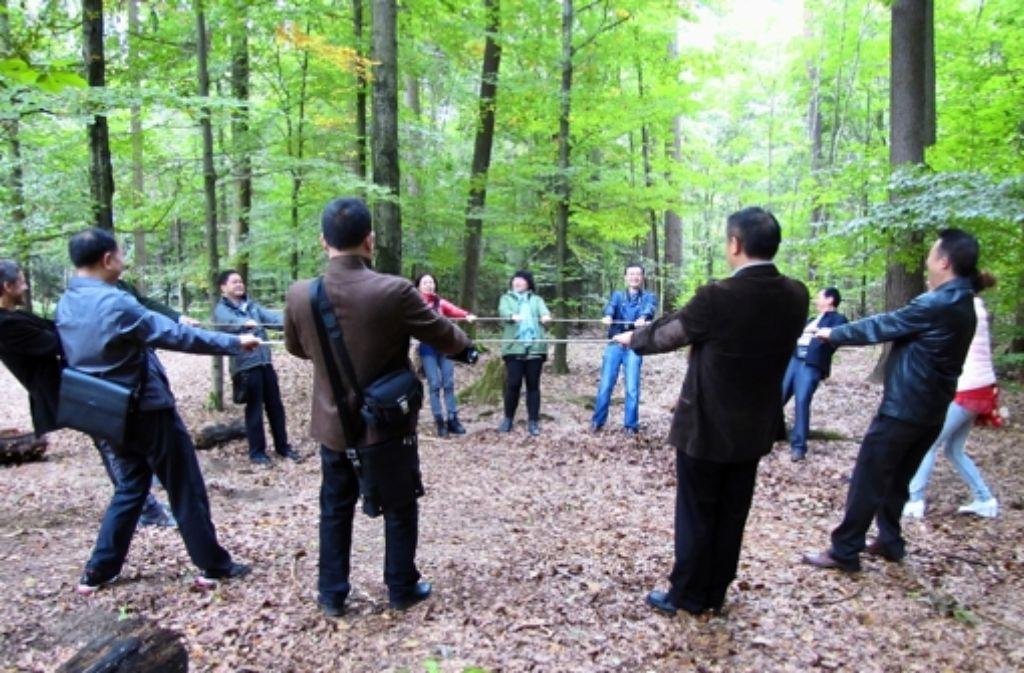 Waldpädagogik macht Spaß, das wird keiner der Gäste aus China bestreiten. Foto: Judith A. Sägesser
