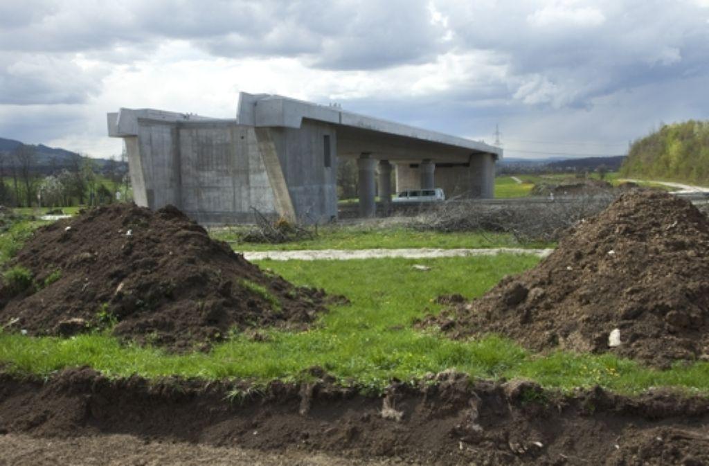 Die Brücke der Schnellbahntrasse über die Landstraße 1214 steht im Rohbau. Die Arbeiten für den sich daran anschließenden Albaufstieg sind nun vergeben worden. Foto: Horst Rudel