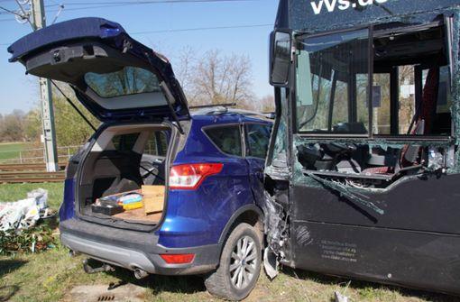 Bus schiebt Auto 20 Meter vor sich her – Fahrer schwer verletzt