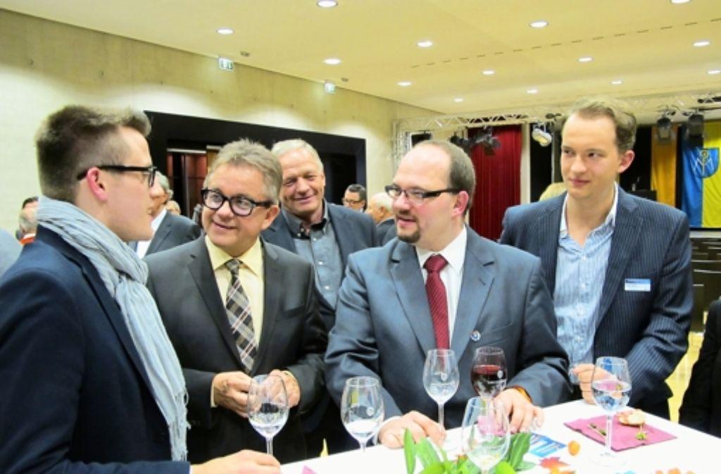 Landtagspräsident Guido Wolf (Zweiter von links) spricht mit CDU-Mitgliedern. Foto: Klein