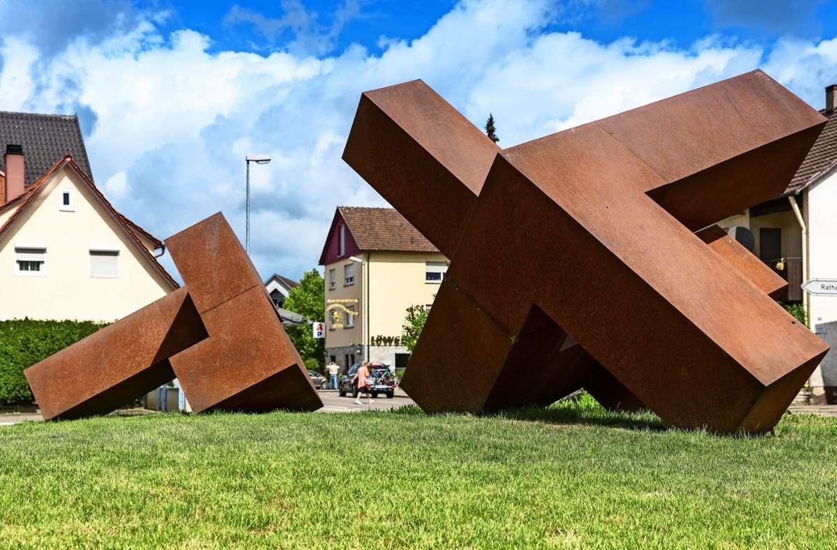 Die Skulptur  füllt für zunächst ein Jahr die Lücke, die der Abriss des Gasthauses Hirsch hinterlassen hat. Foto: Frank Eppler