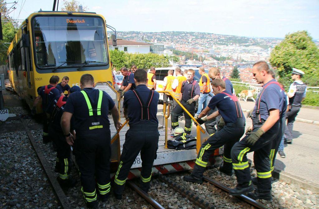Die Feuerwehr bringt den Wagen wieder in die Spur. Foto: 7aktuell/Pusch