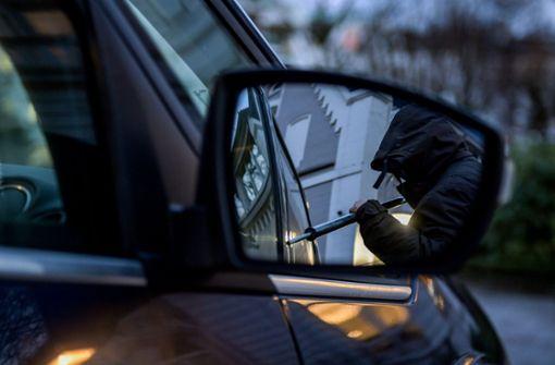 Unbekannter stiehlt Kartenetui aus Auto