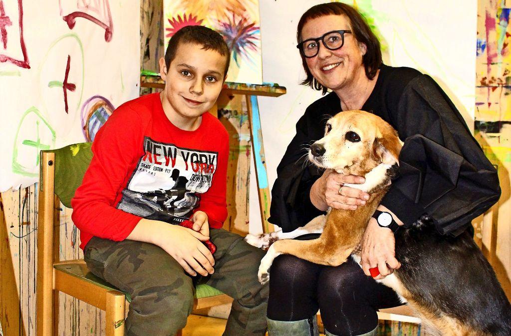 Kunsttherapeutin Claudia Dreizler, Therapiehund Dolly und Tyler Foto: Holowiecki