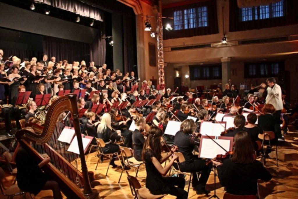 Wer die Augen schloss und dem  Aufgebot von über  120 Musikern in der Festhalle Feuerbach zuhörte, konnte manche bekannte Leinwandszene vergangener Filmklassiker   noch einmal erleben. Foto: Georg Friedel