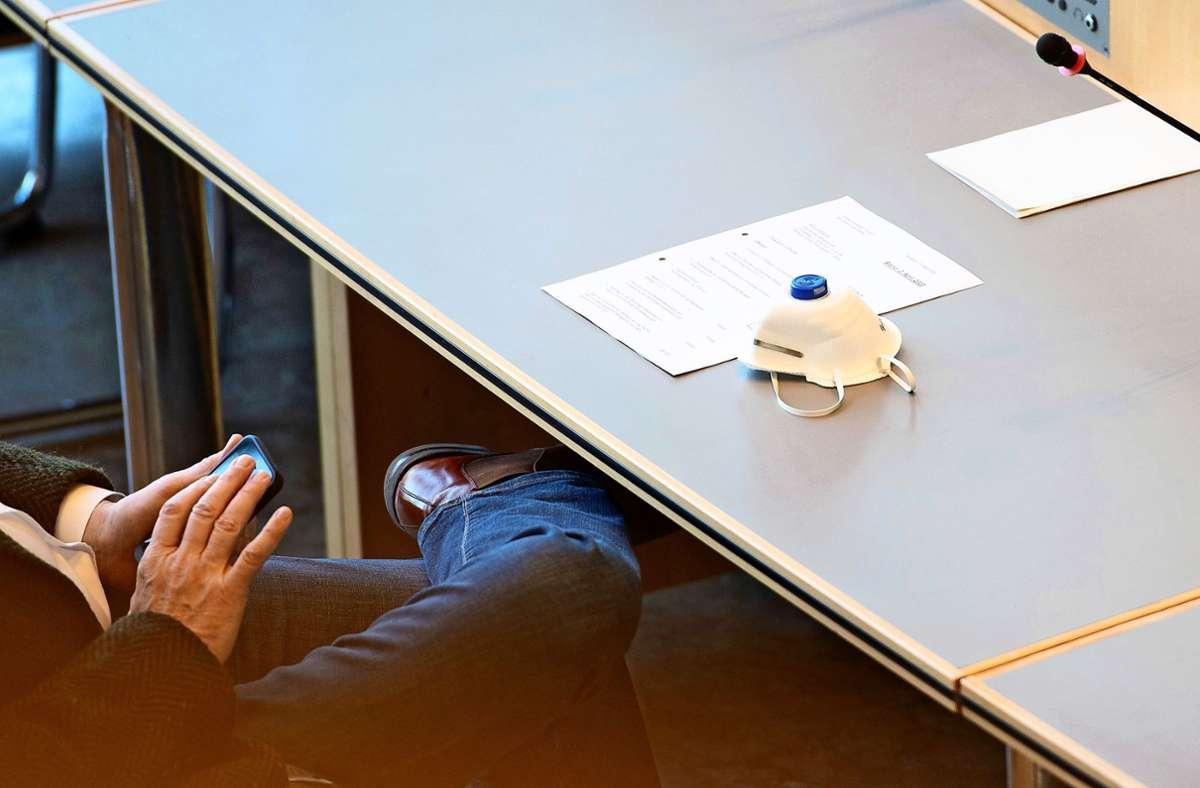 Maske, Abstand zu anderen, Übertragung per Live-Stream: In Corona-Zeiten werden auch Gemeinderatssitzungen anders abgehalten. Foto: Lichtgut/Leif Piechowski