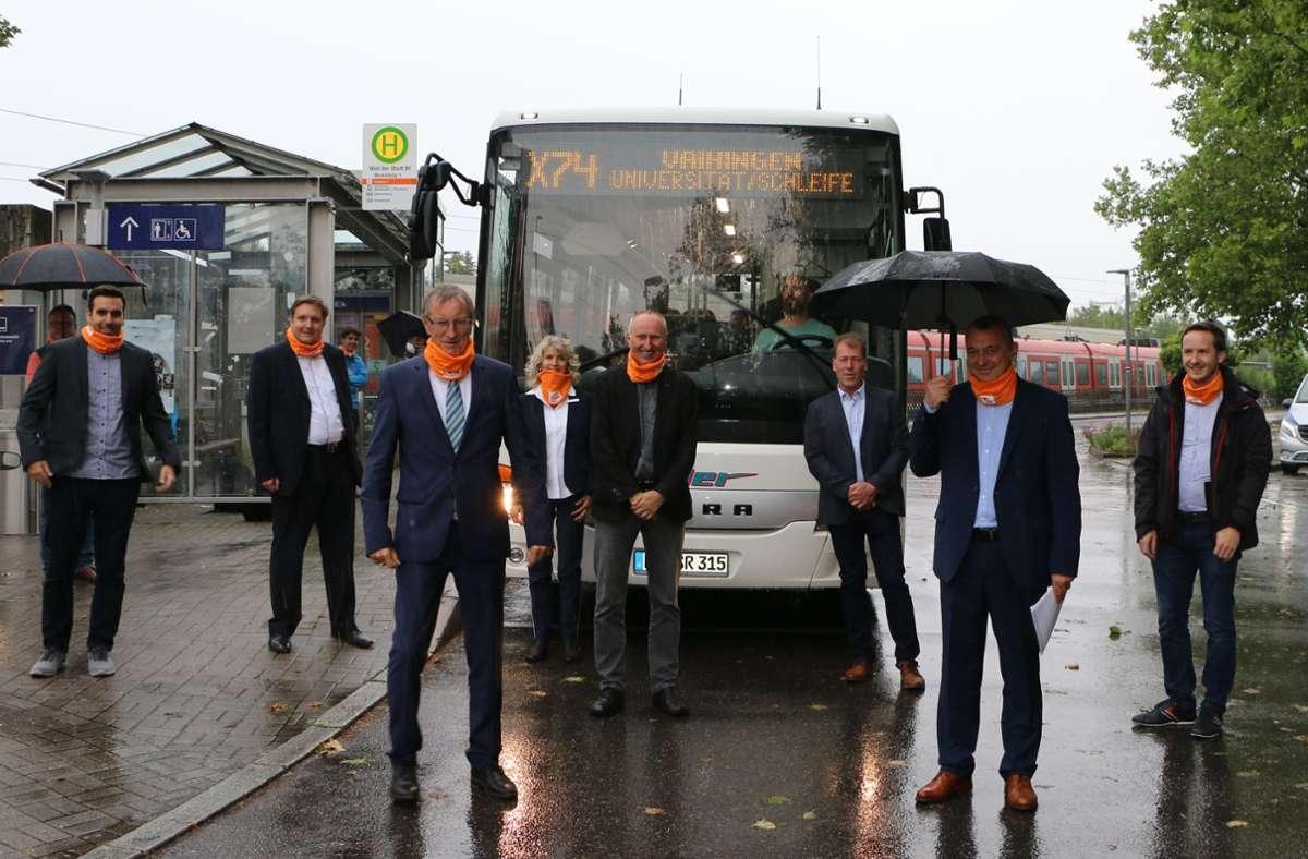 Zufriedene Gesichter (unter anderem bei Landrat Roland Bernhard und Bürgermeister Thilo Schreiber): Die Linie X74 wird ausgeweitet. Foto: privat