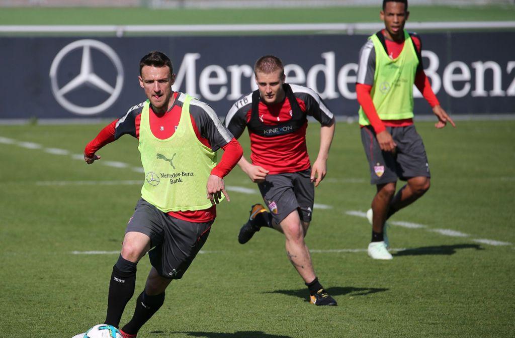 Santiago Ascacibar (Mi.) fehlt dem VfB Stuttgart lange. Christian Gentner (li.) und Dennis Aogo (re.) könnten den Argentinier ersetzen. Foto: Baumann