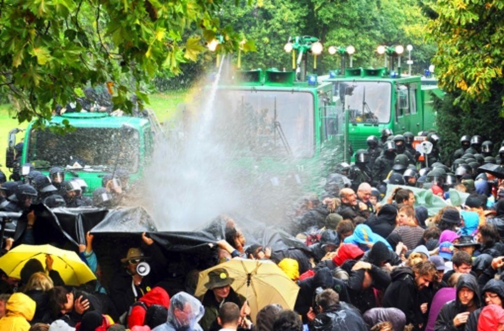 War der Polizeieinsatz mit Wasserwerfern am 30. September 2010 rechtswidrig? Darum geht es derzeit vor Gericht. Die folgende Bilderstrecke zeigt eine Chronologie des Tages. Foto: dpa