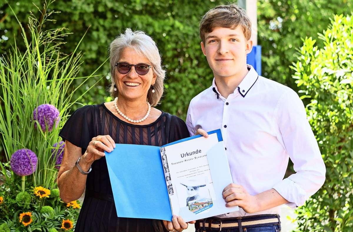 Oberbürgermeisterin Ursula Keck  überreicht die Auszeichnung an Simon Petzoldt. Foto: /C. Mateja