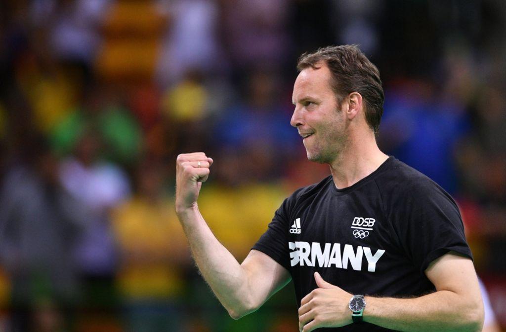 Dagur Sigurdsson, Trainer der deutschen Handballer, freut sich über den Gewinn der Bronzemedaille. Foto: dpa