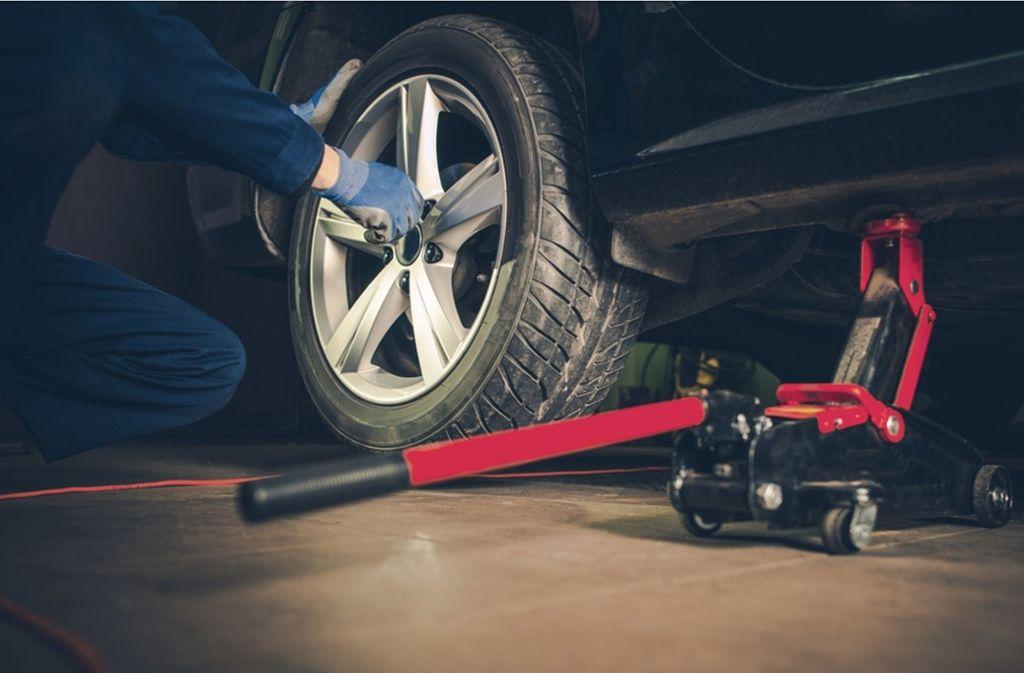 Ein Reifenwechsel hat einen Unfall auf der A8 ausgelöst. (Symbolbild) Foto: Shutterstock/welcomia