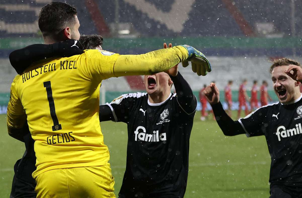 Nach dem gehaltenen Elfmeter von Kiels Keeper Ioannis Gelios gibt es kein Halten mehr. Foto: dpa/Christian Charisius
