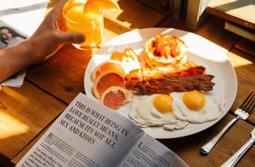 Heute versacken  wir mit Abstand in Stuttgarts Bars – ein deftiger Kater-Brunch bleibt die Rettung. Wir wissen, wo ihr noch spät frühstücken könnt.