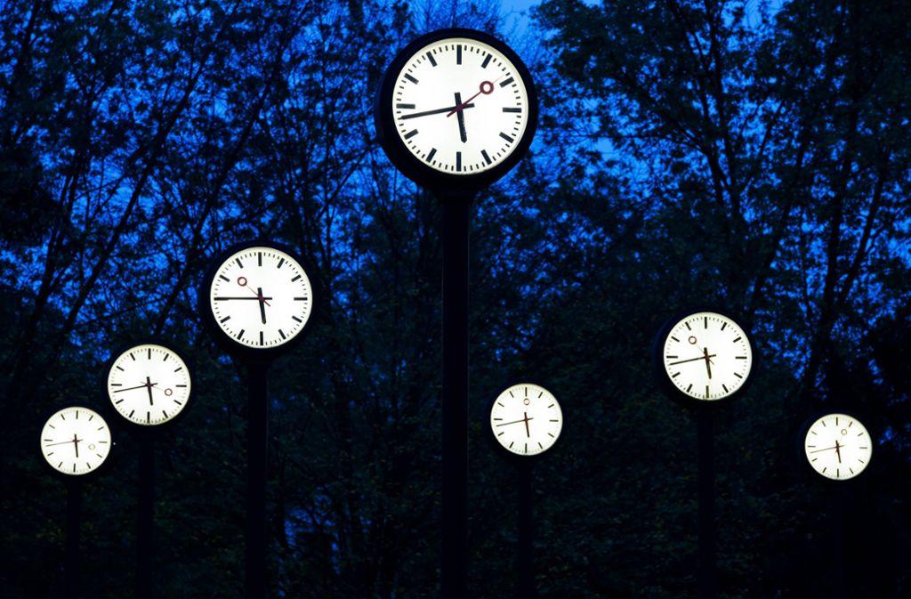 In der Nacht zum Sonntag wird die Uhr eine Stunde vor gestellt – dann haben wir bis Ende Oktober Sommerzeit. Foto: dpa