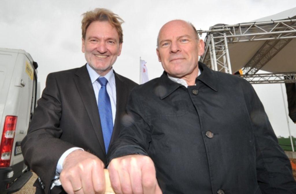 Mit ihrem Spatenstich am Montag haben  die Kontrahenten von einst Volker Kefer (links) und Winfried Hermann den Baubeginn der Neubaustrecke nach Ulm besiegelt. Foto: dpa