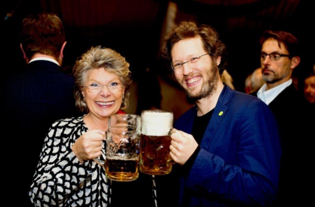 EU-Kommissarin Viviane Reding und der Grünen-Europaabgeordnete Jan-Philipp Albrecht stoßen auf den Kompromiss beim Datenschutz an. Foto: