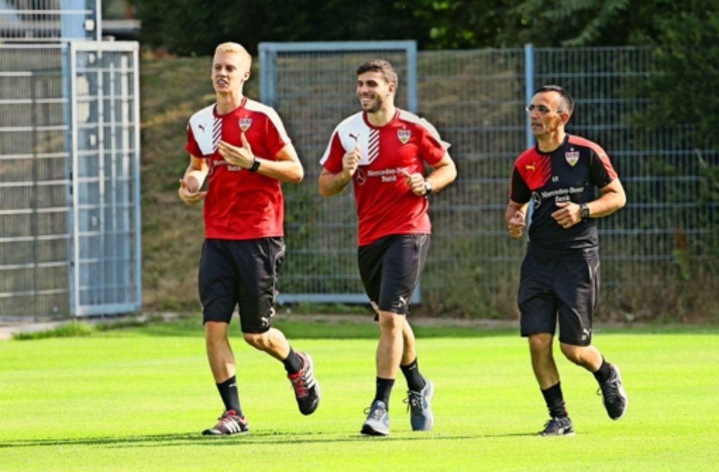 Gut gelaunt dreht der VfB-Neuzugang Emiliano Insua (Mitte) zusammen mit Timo Baumgartl und dem Fitnesstrainer Christos Papadopoulos erste Runden. Foto: Baumann