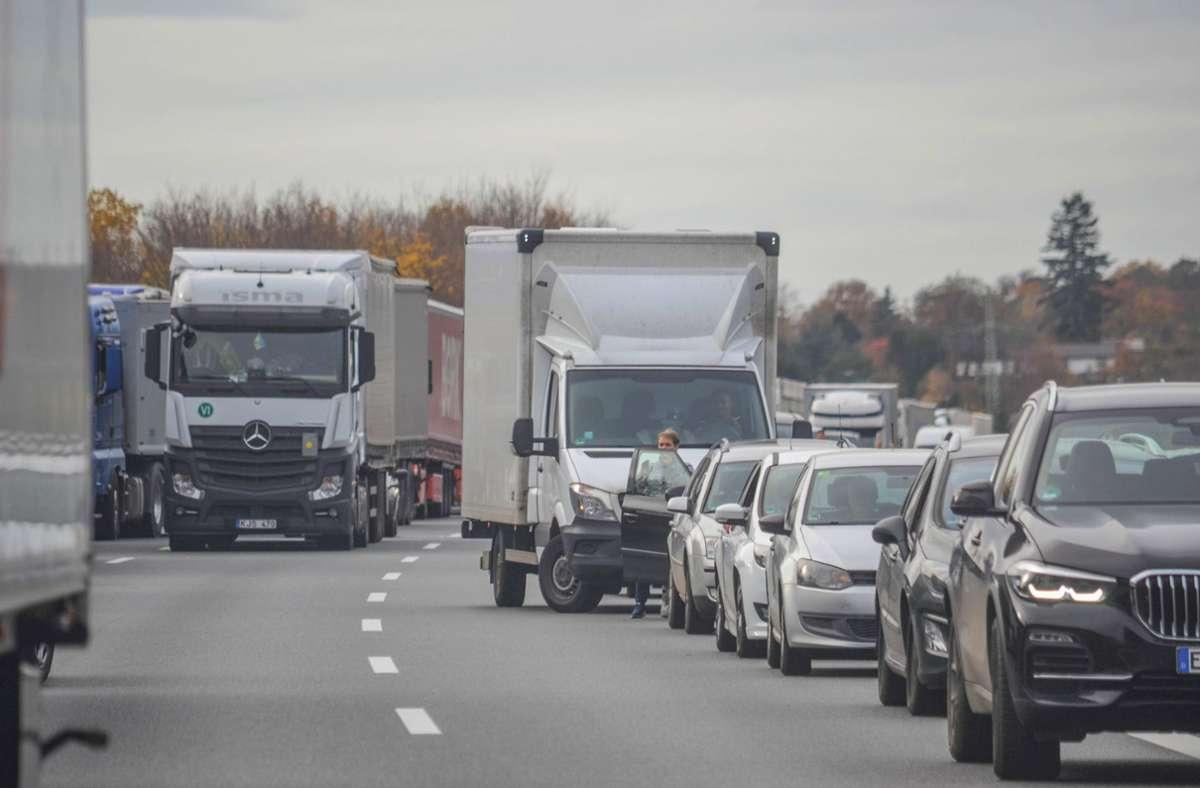 Die Autobahn 8 musste aufgrund einer Aktion von Aktivisten mehrere Stunden gesperrt werden – es bildete sich ein langer Rückstau. (Archivbild) Foto: /gor Myroshnichenko via www.imago-images.de