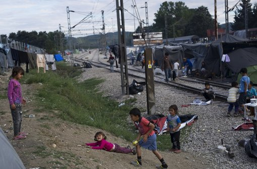 Kinder spielen in trockenen Schlammkuhlen