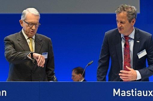 Claus Dieter Hoffmann (links, mit EnBW-Chef Mastiaux) ist nicht mehr lange Chefaufseher. Foto: dpa