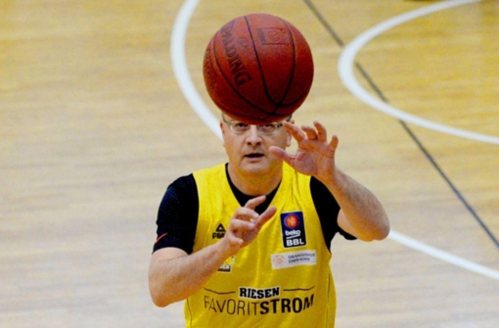 Bei der Vorstellung des Konzepts in Ludwigsburg wagte sich auch der Minister Andreas Stoch selbst aufs Basketball-Parkett. Foto: dpa