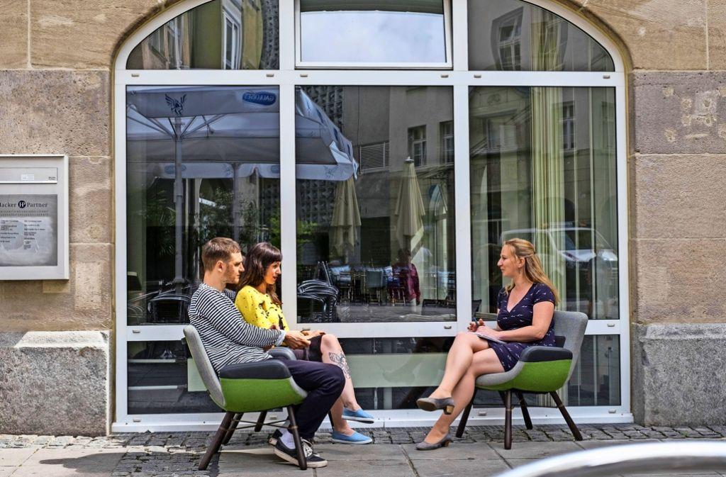 Kai Alt und Florence Shirazi von Mademoiselle YéYé im Gespräch mit der Autorin Nina Ayerle (rechts). Foto: Lichtgut/Max Kovalenko