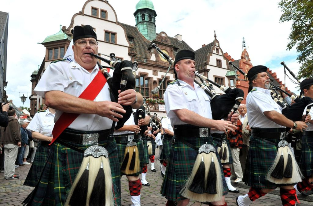 Schotten marschieren über den Freiburger Rathausplatz. Können solche Männer ein Problem sein? Foto: dpa