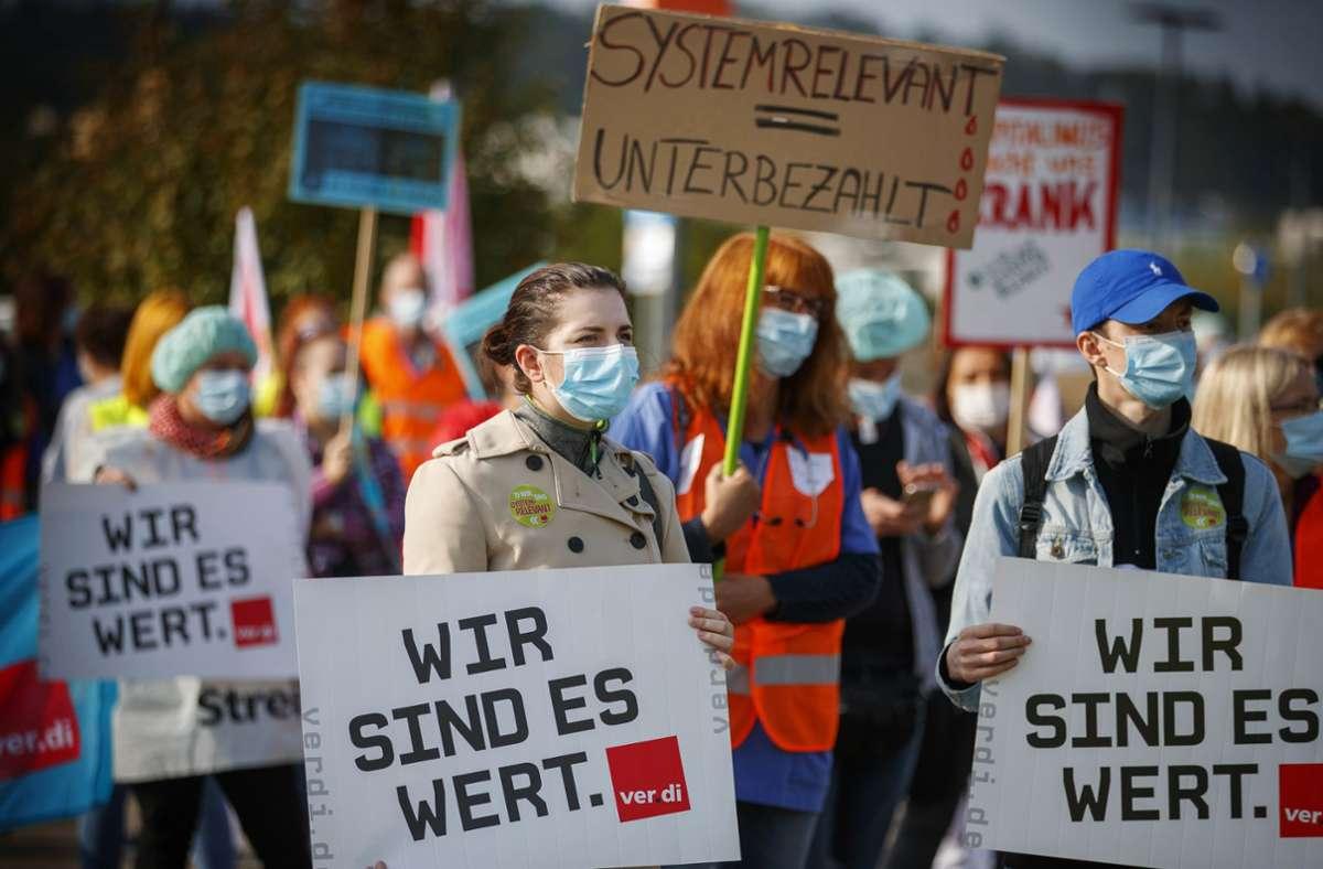 Gute Arbeit müsse auch entsprechend bezahlt werden, fordern Beschäftigte vor der Rems-Murr-Klinik in Winnenden. Foto: Gottfried Stoppel