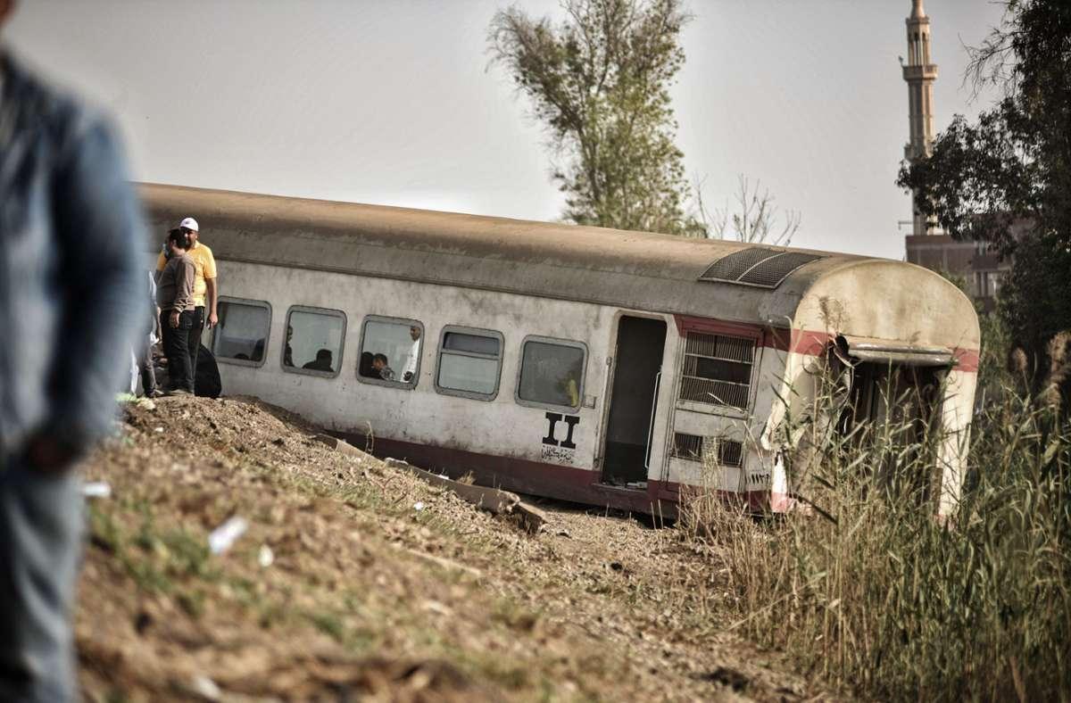 Einer der entgleisten Waggons. Foto: dpa/Sayed Hassan
